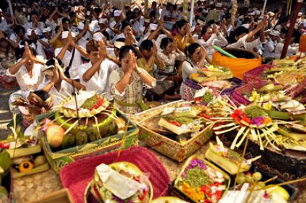 Makna Hari Raya Kuningan Dalam Hindu & Waktu Tepat Untuk Sembahyang