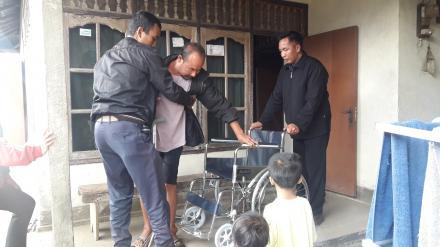 Perbekel Gobleg kembali menyerahan Bantuan Kursi Roda