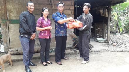Penyerahan titipan paket sembako dari Yayasan Bunga Bali
