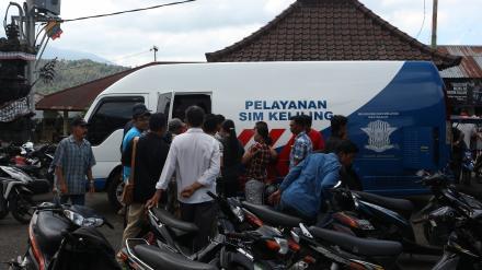 Diserbu Warga, Petugas SIM Keliling Kewalahan Layani Masyarakat