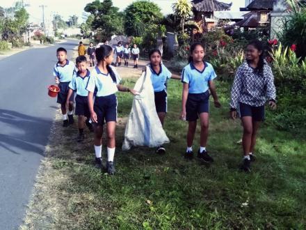 Jelang Galungan Siswa di Desa Gobleg laksanakan Pembersihan Sampah Plastik Sekali Pakai