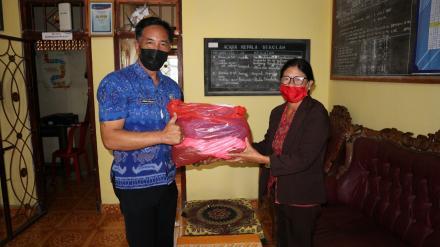Perbekel Gobleg Serahkan 2200 masker ke Sekolah TK, SD dan SLTP